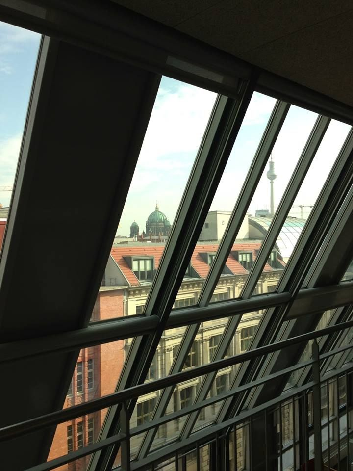 Ein kleiner Einblick in unsere Bürotest-Woche: heute am Hausvogteiplatz in Mitte, gestern in Moabit, morgen in Prenzlauer Berg. Hier der heutige Ausblick aus der Gemeinschaftsbüroetage - klasse #Location