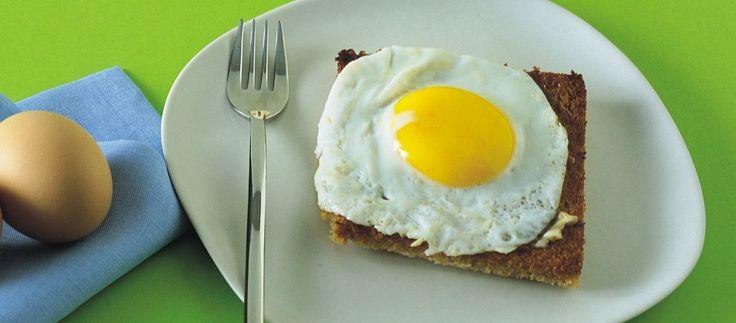 Uova fritte su pancarrè dorato e burro d'acciuga