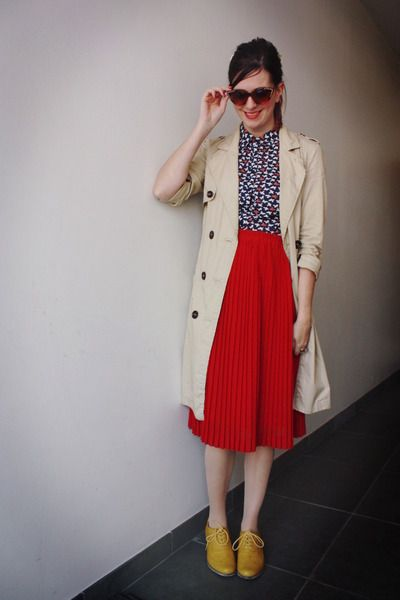 classic trench against navy print shirt, red pleated midi skirt and yellow shoes. adore this outfit to bits.