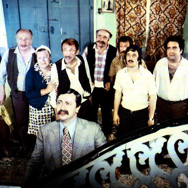 Soldan sağa: Turgut Boralı, Mürüvvet Sim, Münir Özkul, Ahmet Turgutlu, Necdet Yakın, Halit Akçatepe, Zeki Alasya... Öndeki: Metin Akpınar / Yalancı Yarim / 1973