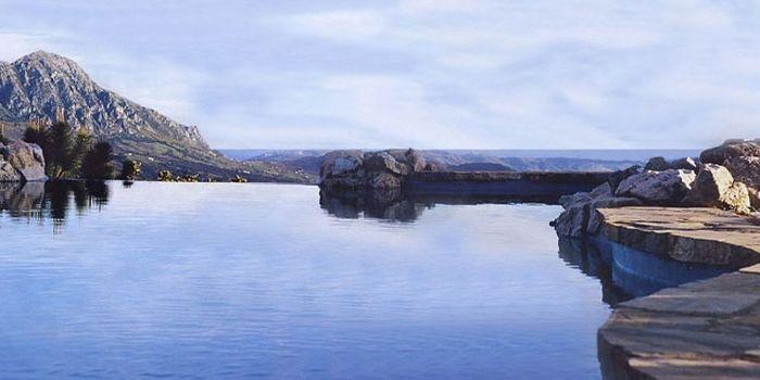 EL NOBO HOUSE - Gaucín :: El Nobo House is een karaktervolle cortijo op een eigen landgoed van 4,5 hectare. De luxe bed and breakfast ligt tussen de boomgaarden op een berghelling onder het pittoreske dorpje Gaucín. De ruime villa is gebouwd rond een centrale binnenplaats met Moors fontein. Er zijn drie comfortabele tweepersoonskamers, waaronder een Master Suite in de toren. Je vindt hier het mooiste infinity zwembad van Andalusië met een overdonderend uitzicht op Gibraltar en Noord Afrika.