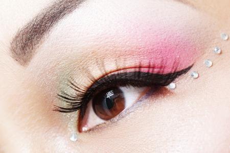 Traccia una riga sottilissima sulla palpebra superiore allungando l'occhio verso l'esterno. Utilizza una matita marrone o prugna oppure una nera, se sei esperta usa tranquillamente l'eyeliner. Ecco ora il mio trucchetto: prendi una matita bianca o color avorio e applicala all'interno dell'occhio, questo farà sembrare i tuoi occhi molto più grandi. Per completare prendi un ombretto marrone (o nero) e applicalo nella parte inferiore dell'occhio, proprio sotto la matita bianca.
