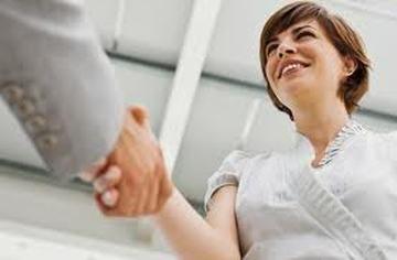 Coraz częściej mówi się o tym, jak ważna w kontaktach służbowych jest rola pierwszego wrażenia. Przedstawienie się i powitanie to dwa bardzo ważne elementy komunikacji w biznesie, które sprawiają, że  wywieramy na innych osobach – klientach czy partnerach biznesowych pozytywne lub negatywne wrażenie, które nierzadko decyduje o tym, czy nawiązywany właśnie kontakt okaże się owocny. Więcej na: http://www.krawatimuszka.pl/etykieta-w-biznesie/mala-wielka-sztuka-przedstawianie-sie/