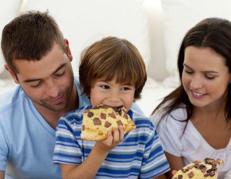 Obesidade infantil é promovida por maus hábitos e maus exemplos dos pais. Teste se você conhece os hábitos que favorecem a obesidade infantil.