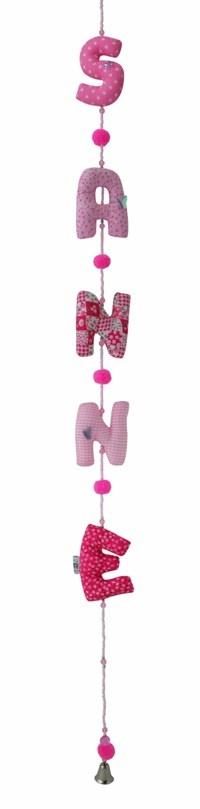 Een verticale naamslinger voor aan de deur van de babykamer