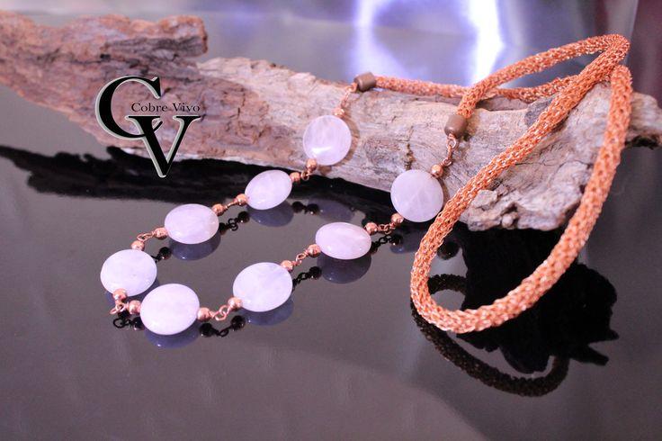 Collar de cobre y cuarzo Rosado que cuelgan  a la altura del 4 chacra diseñado para quien con sus emociones se conectan con el resto.