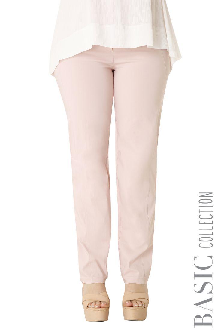 Ενα διαχρονικό παντελόνι της σειράς Basic. Πολύ ελαστικό με λάστιχο στη μέση και με ραφή στο πίσω μέρος για να κολακεύει. Διαθέσιμο σε 8 χρώματα.