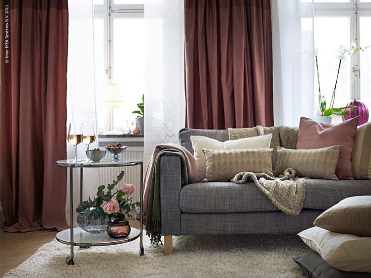 I det här vardagsrummet har Anna Lundblad, som är inredare på IKEA, skapat tre olika stilar med textil. Genom att byta gardiner, kuddfodral och sofföverdrag förändrar du enkelt ett helt rum. Först ut är den glamourösa stilen!