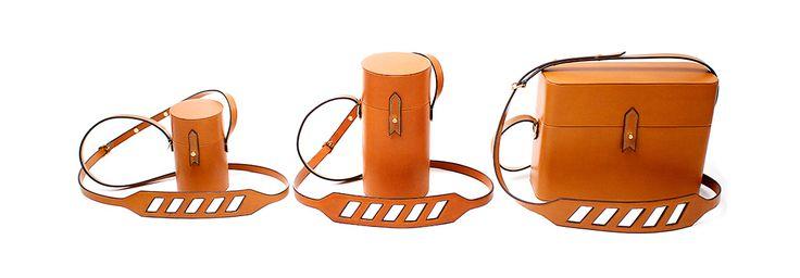 La maison de maroquinerie parisienne s'associe au label streetwear le temps d'une ligne de sacs inspirée de la culture hippie des années 60. Une série de trois modèles en cuir camel aux lignes épurées à découvrir à la rentrée 2015.
