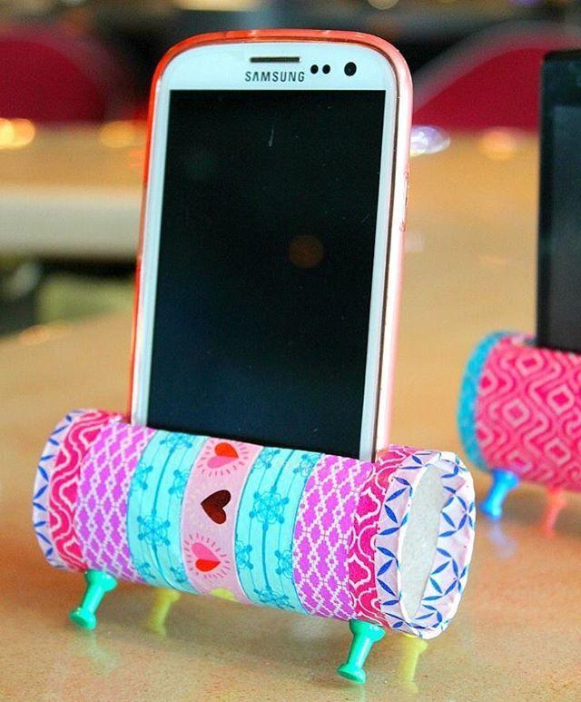 Improvise: Suporte de celular feito com rolo de papel + washi tape + tachinhas #diy #façavocêmesmo #organizesemfrescuras