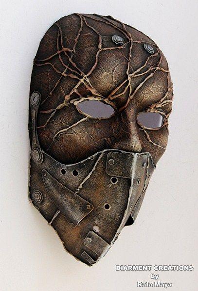 Ayer que combatieron espectros y fantasmas, hoy se han llevado esta máscara a sus objetos raros. (diarment)