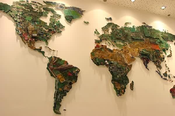 Изображая будущее. Карта мира из деталей компьютеров http://artlabirint.ru/izobrazhaya-budushhee-karta-mira-iz-detalej-kompyuterov/  Каково будущее мира, который живет в век информационных технологий? Художница Сьюзан Стоквелл креативно ответила на этот вопрос. Она работает с проектами, которые связаны с масштабными инсталляциями, скульптурами, рисунками и коллажами. Тематика ее работ - экология, геополитика, мировая торговля, картография. Новая работа под названием «Мир» представляет собой…