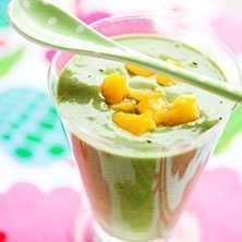 Ett enkelt sätt att få i sig grönsaker. Du får i dig vitaminer från spenat, apelsin och mango, protein från kesellan och fint fett från avokadon. Allt i et
