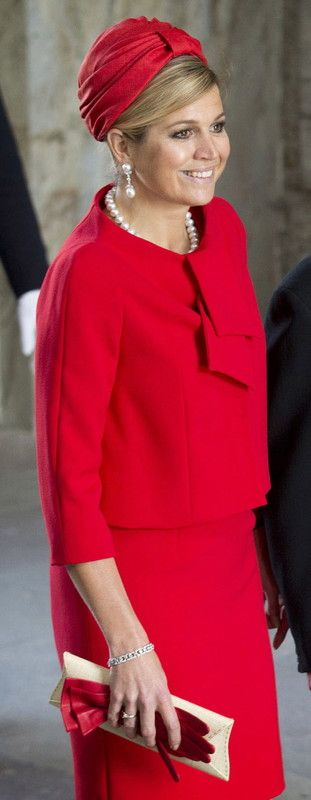 Queen Máxima is very chic in this red turban. Reminds me of Audrey Hepburn and Jackie Kennedy.