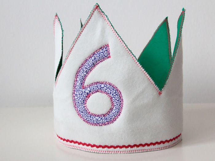 Damit sich kleine und große Geburtstagskinder wie ein König freuen können, kannst Du mit dieser DIY-Anleitung Geburtstagskronen mit individuell aufgestickter Geburtstagszahl nähen.