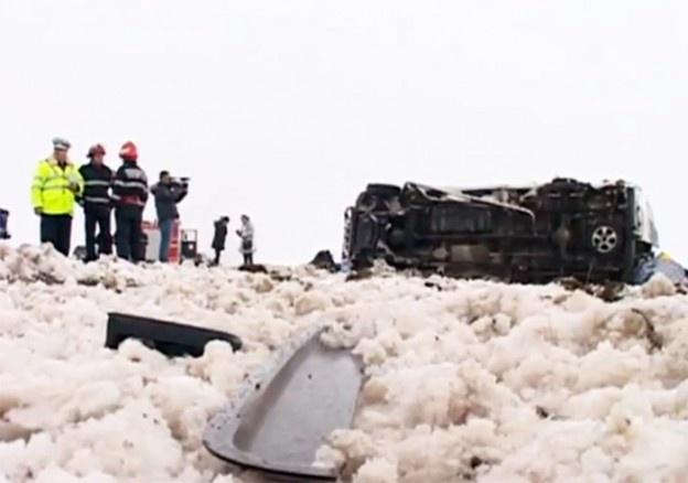 Un microbuz plin cu pasageri s-a răsturnat, marţi după-amiază, pe DN 2B, pe raza localităţii buzoiene Cilibia. Accidentul s-a produs pe fondul neadaptării vitezei la condiţiile meteo.