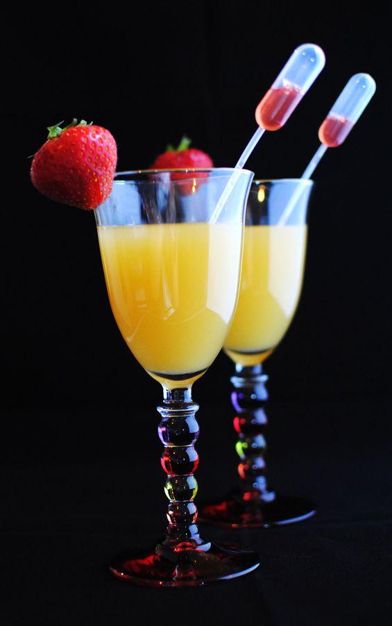 Doses pour 1 cocktail, à multiplier par le nombre de convives - 1 fraise fraîche - 4-5 cl de sirop d'orgeat - 3 cl de sirop de fraises - 10 cl de jus d'ananas - 10 cl de jus de pommes