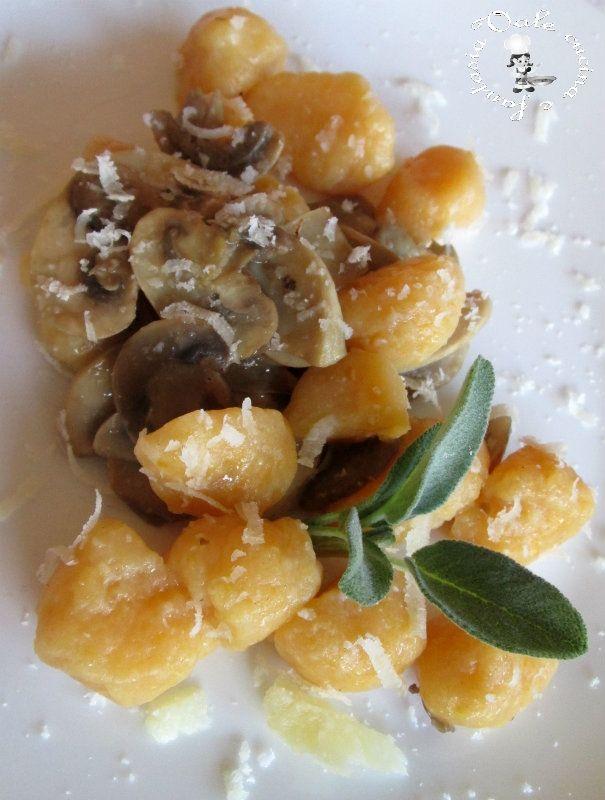 Gnocchi di zucca e ricotta con funghi e scaglie di grana,con i colori ed i sapori dell'autunno ,buonissimi e facili da fare