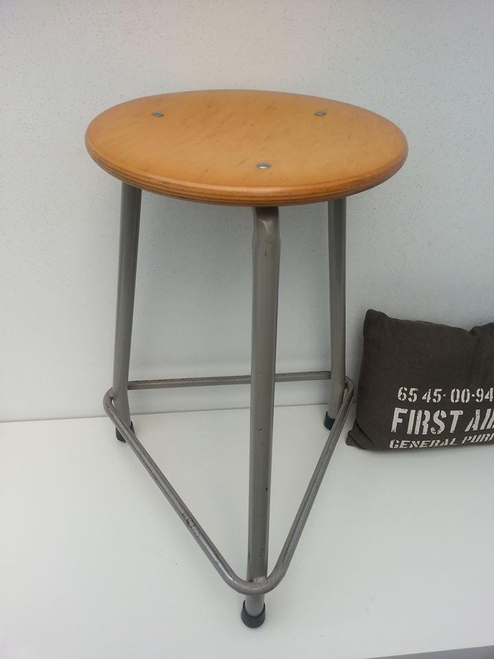 Vintage kruk van metaal en houten zitting.   Afm. 59 cm hoog x 43 cm breed. Zitting is 34 cm doorsnede € 24,00  www.facebook.com/stoeruhzaken.nl