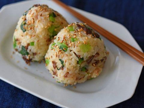 牛こま切れ肉をシンプルにしょうゆベースの調味料で味付けをして、ゆでた小松菜とともにご飯と混ぜ込み、ボリューム満点の菜飯おにぎりに仕上げます。