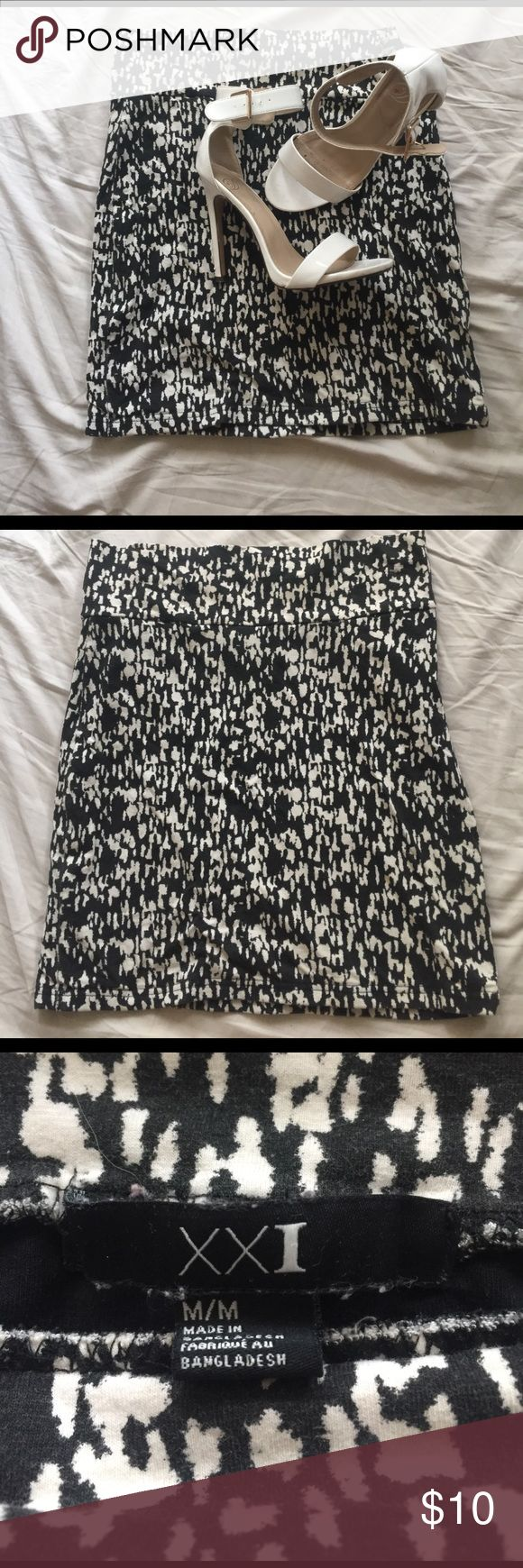 Forever 21 Bandage Skirt Black and white graphic print bandage skirt. Great condition! Super comfy going out skirt or can be dressed up for the office. Forever 21 Skirts Pencil