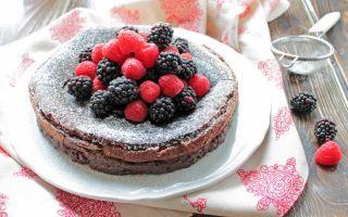 Torta al cioccolato fondente e frutti di bosco