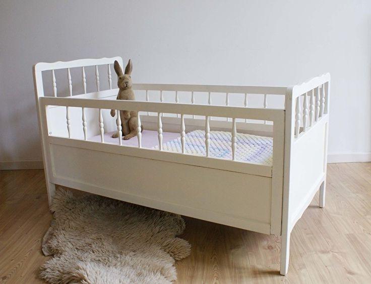 Lief wit retro ledikant met spijlen. Houten vintage bed, jaren 60/70 | Little people | Flat Sheep