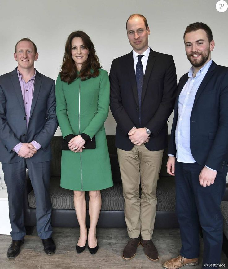 Kate Middleton et le prince William, duchesse et duc de Cambridge, ont rencontré Jonny Benjamin et Neil Laybourn, l'étranger qui l'a sauvé du suicide en 2008, le 10 mars 2016 à l'hôpital St Thomas à Londres pour évoquer avec eux la prévention du suicide et l'importance de la sensibilisation sur la santé mentale.