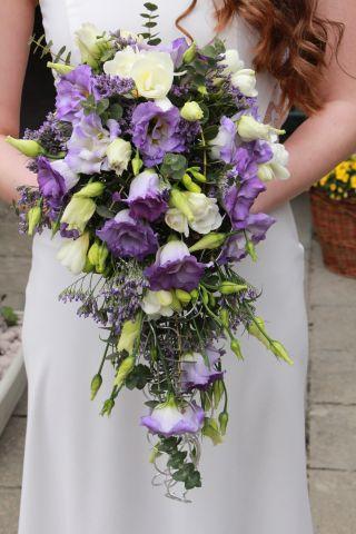 Fialovo-bílá svatební kytice ve tvaru kapky.