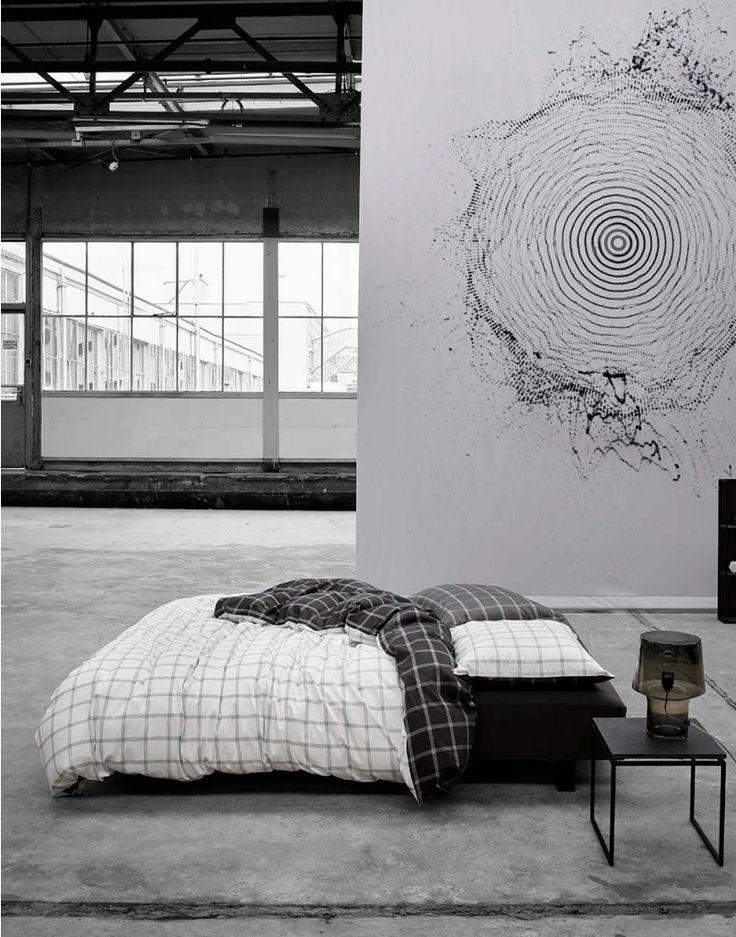 Klassiek met een twist! Dit dessin met minimalistische ruitjes brengt je helemaal tot rust in de slaapkamer. De voorzijde is eenvoudig wit met luchtige, grijze strepen. De achterzijde is antraciet met zachte, witte strepen. Met dit dekbedovertrek ben je klaar om de drukke buitenwereld even te laten voor wat het is.