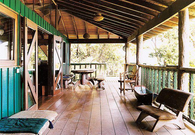 Assinadas pelo arquiteto Carlos Motta, conhecido pelos belos projetos de madeira, que não desrespeitam o meio ambiente, estas portas-balcão dão acesso à varanda da casa