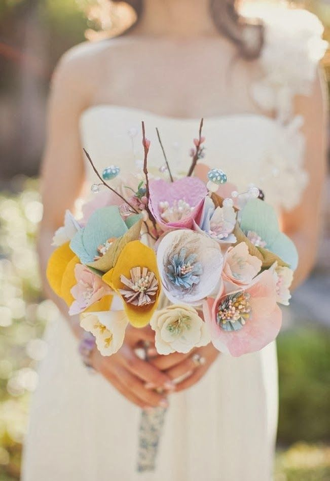 Ramos de novias de papel. Aquí te mostramos más de 120 sugerencias de ramos de novia. Pedrería y tela, broches, chocolate y gominolas, botones, frutas, mariposas, papel, perlas, conchas, exóticos, metálicos, con plumas, abanicos, bolsos, navideños, modernos, clasicos…