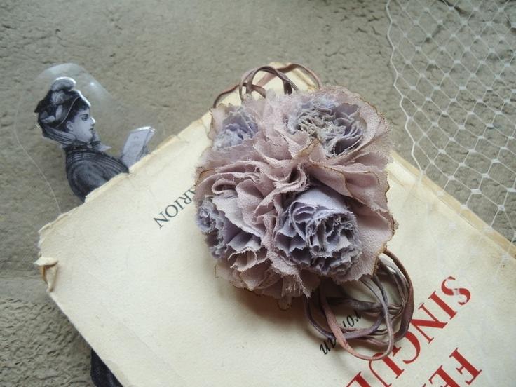 Bouquet violette rétro, entièrement en soie:   *coeur en mauve clair et contours en mousseline de soie mauve/rose poudré, accompagné d'un ruban ass...