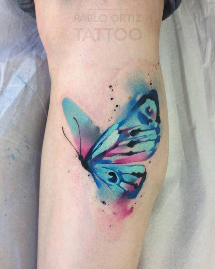 Tatuaje de una mariposa de estilo acuarela.
