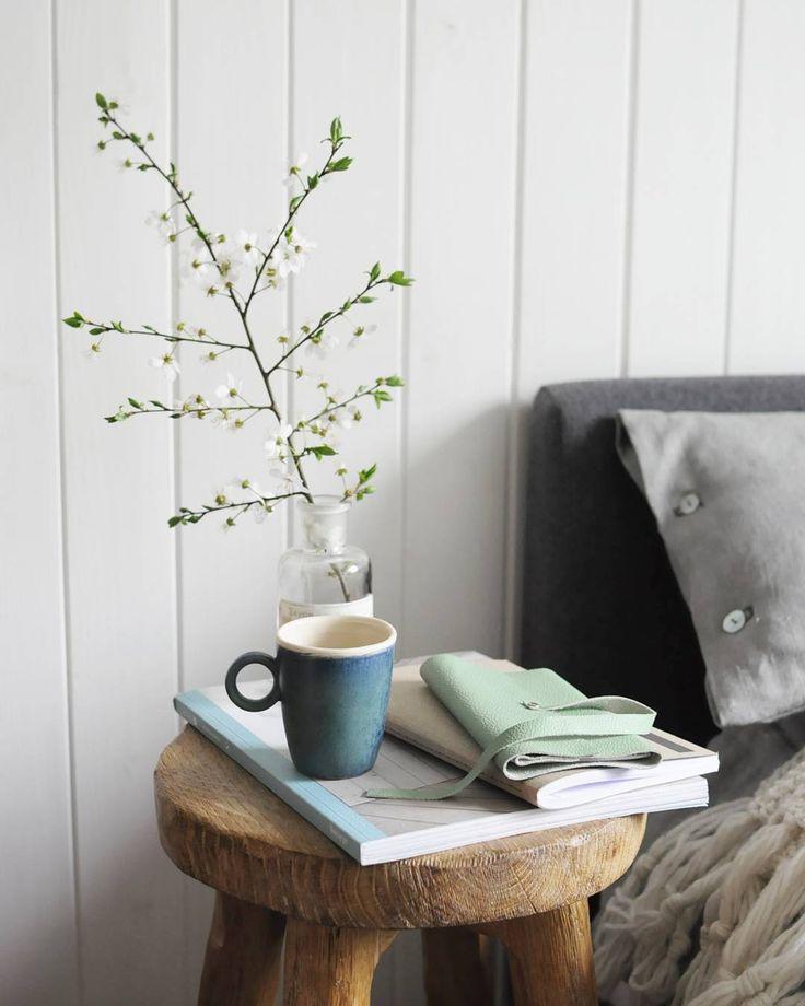 Dzień dobry słoneczna środoenergia mnie dzisiaj roznosi od rana  #anitasienudzi #an_accessories #poetykacodzienności #domowemigawki #notebook #notes #leather #skóra #fieldnotesbrand #field_story #wood #czaryzdrewna #sypialnia #bedroom #scandinavian_room #scandinavian_style #spring #springiscoming #morning #poranek #coffee #kawa #ceramikazlanckorony #linen#len#in_bed by anita_sie_nudzi