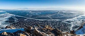 Le lac Baïkal vu de l'île d'Olkhon.  (définition réelle 15145×6445)