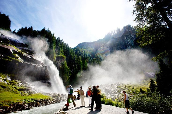 """Krimmler Wasserfall: 42.000 Liter schießen im Schnitt pro Sekunde in den Abgrund - das bringt den Kaskaden den Titel """"größter Wasserfall Europas"""" ein."""
