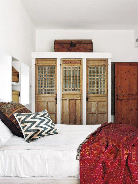 Dormitorio rústico con puertas labradas