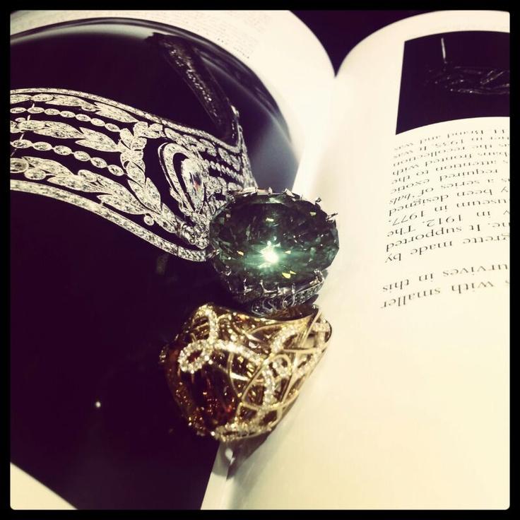Кольцо из белого золота с бесцветными и зелеными бриллиантами, празеолитом и кольцо из желтого золота с бесцветными бриллиантами и цитрином