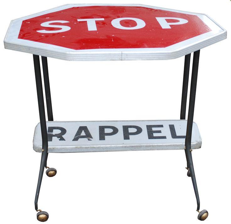Table au design contemporain, réalisé avec des panneaux de signalisation
