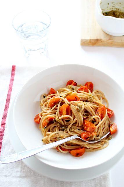 Spaghetti integrali con pomodorini al forno con pesto di olive e capperi.