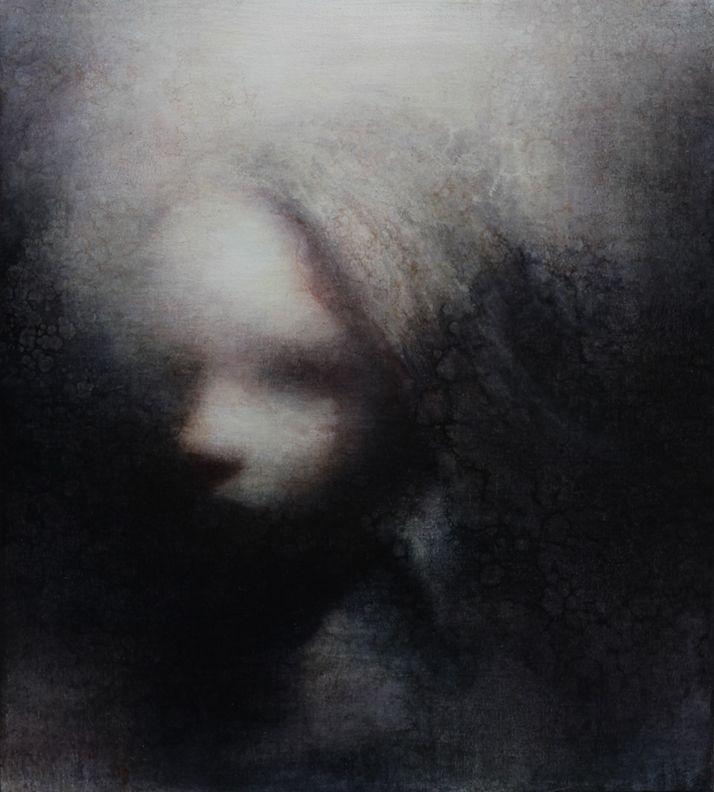 Maya Kulenovic, artista que trabaja sobre el misticismo y que, con sus obras, pretende hacer frente a sus temores, tales como la oscuridad. Afirma que con sus obras indaga sobre lo oscuro, que irremediablemente, también es capaz de verlo de alguna forma.