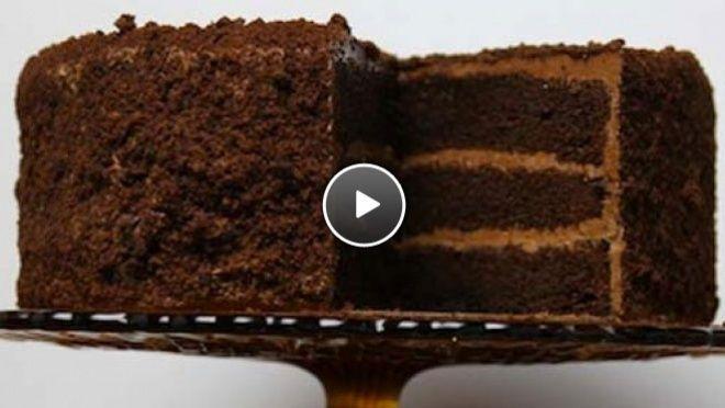 Chocolade-fudgetaart: 300 ml water -90 g cacaopoeder - 250 g bloem - 500 g suiker 9 g zout - 2 zakjes bakpoeder - 1 vanillestokje - 350 ml karnemelk - 130 g arachide-olie - 3 eieren