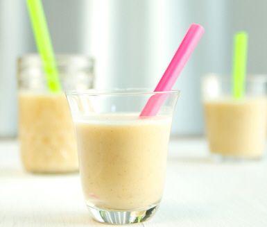 Superenkelt recept på krämig och god smoothie med smak av banan. Du gör banansmoothie av banan, havrebaserad dryck, brun farin och kanel. Lyxigt till frukost eller som mellanmål!