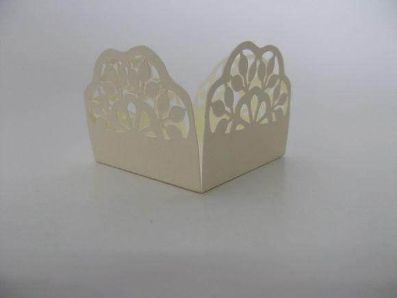 Forminha para doce em papel rendado de alta gramatura. Ideal para personalizar mesas de doces com qualidade e requinte. Temos opções de cores. R$ 0,40