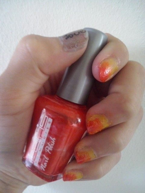 Steps :  1. Gele nagelak. ( Peggy Sage) 2. Pak een sponsje en doe er oranje nagelak op. Dep de nagellak op je nagel ! 3. Doe hetzelfde als stap 2, maar dan met rood. ( Paris memories)  4. Voor de stevigheid : topcoat ! ( long lasting, hema )   5. Goed laten drogen !!!