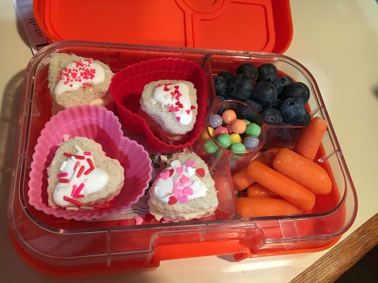 Finally a lunch this week!  Between snow days and field trips, I haven't been able to pack much lunch this week!  This is turkey and cheese heart sandwiches, blueberries, baby carrots, and chewy SweeTarts  :)