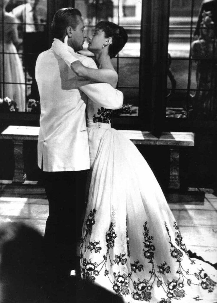 """Audrey Hepburn (de Givenchy) con William Holden en """"Sabrina,"""" 1954. Preciosa película. Ella inmensa."""