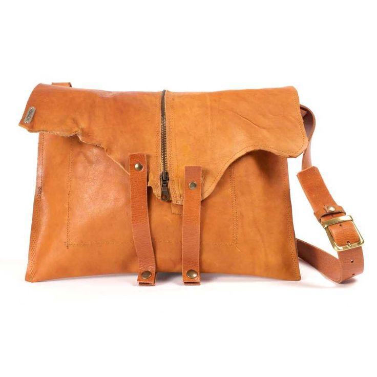 model: laptoptas materiaal: rundleer kleur: camel/oranje sluiting: 2 drukknopen op voor- en achterriempjes, rits zakken: 1 binnenzak van leder schouderriem: verstelbaar en afneembaar afmetingen: H 31 cm x B 40 cm