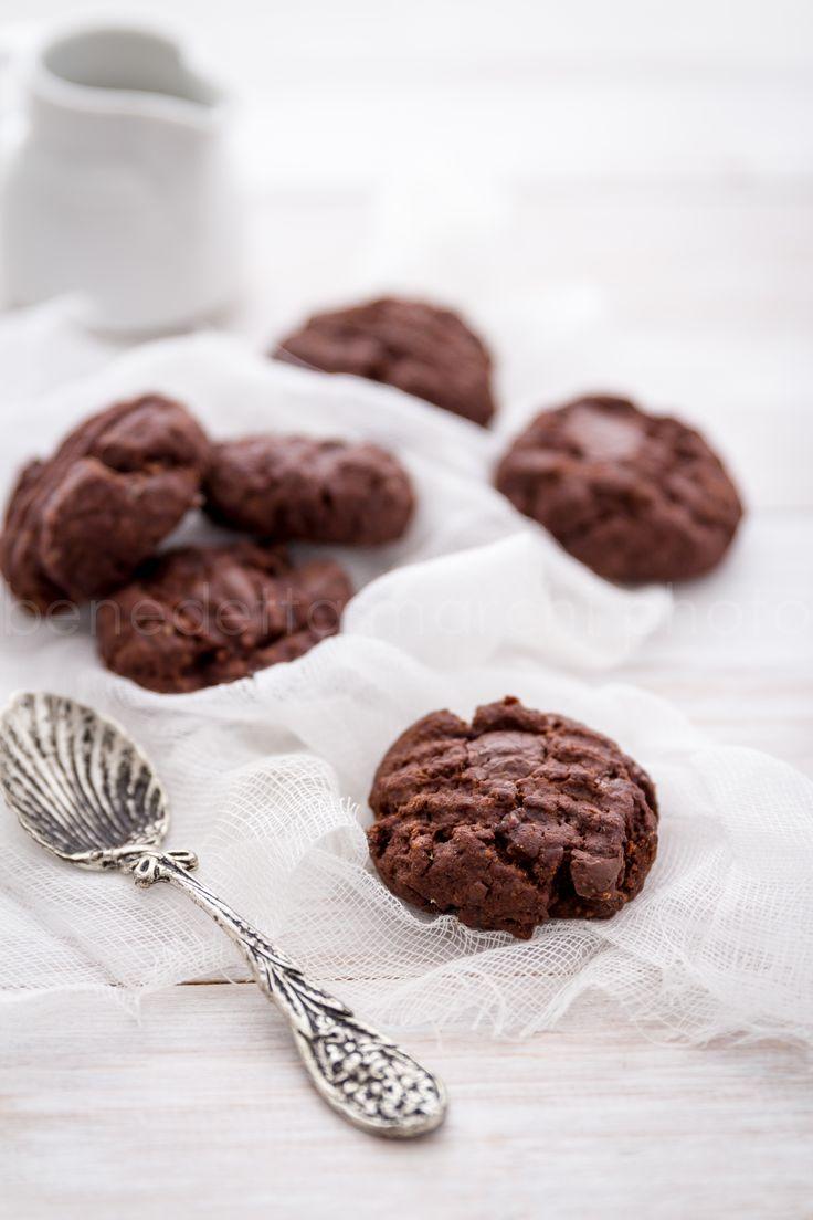 Questi biscotti vegani doppio cioccolato sono una coccola per i sensi. Perfetti per le feste, per colazione, merenda, dopo pasto o per essere regalati.